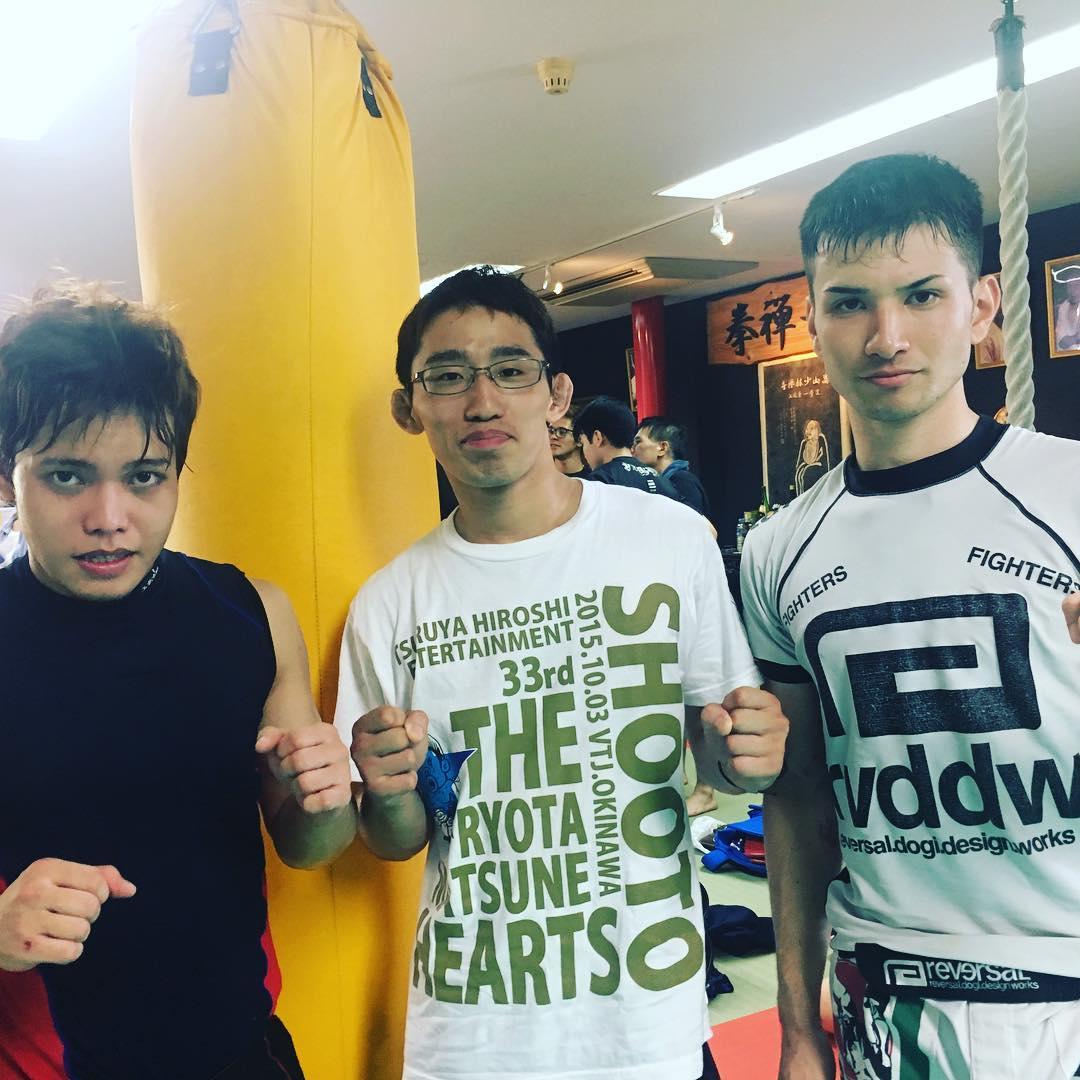 本日、真樹ジム主催アマチュアキックボクシング大会にコザスタジオからユウヤとノヒロ2名が初出場でした! ユウヤはダウンを取って判定勝ち! ノヒロは善戦するも判定負けの結果でした。試合を経験して2人ともこれからどんどん強くなります。強くさせます。 道は始まったばかり、さあこれから頑張るぞー!  #パラエストラ #沖縄 #那覇 #与儀 #MMA #shooto #コザ #総合格闘技 #修斗 #キックボクシング #柔術 #jiujitsu #ダイエット