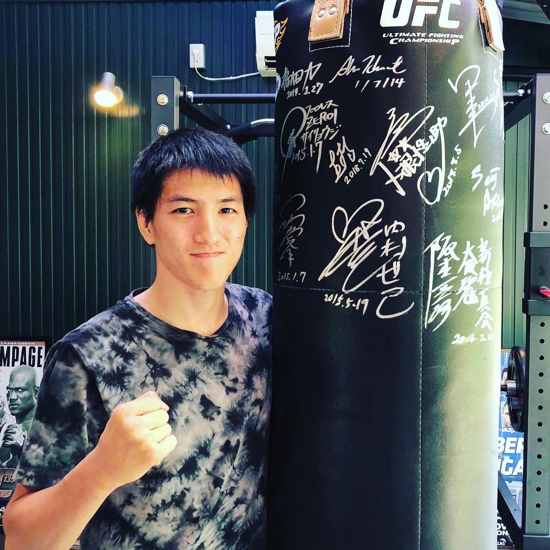 UFCファイター井上直樹選手が8月7日(火)Theパラエストラ沖縄那覇にキックボクシングクラスに来てくれます! 【プロフィール】 井上直樹(いのうえなおき) 生年月日:1997年6月14日 (21歳) 身長/体重:172.7 cm / 56 kg 幼い頃から空手、キックボクシング、柔術など様々な大会に出場し、DEEPの新人王戦「フューチャーキングトーナメント2014」では連続一本勝ちして優勝。プロ戦績10戦全勝の快進撃した後、2017年6月のシンガポール大会にて、UFCデビュー。白星を飾る。  怪我明けとの事で軽いトレーニングになるとの事ですが、良い刺激が貰えると思います。 為になること間違いなし、お時間のある方お越しください!  #パラエストラ #沖縄 #那覇 #与儀 #MMA #shooto #コザ #総合格闘技 #修斗 #キックボクシング #柔術 #jiujitsu #ダイエット