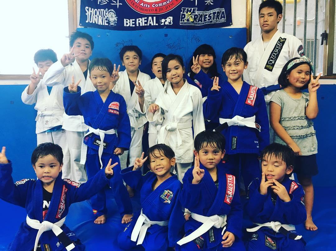 9/15今週土曜日、DUMAU主催沖縄オープン柔術選手権2018が開催されます! こちらの大会にTheパラエストラ沖縄のキッズ~中学生たちがコザと那覇合わせて12人出場します!  メダルを獲得できるよう全力尽くして元気に頑張るぞ!! 大会はAM9:30から開始予定です。 お時間のある方、子供達の頑張る姿を見にコザ武道館にいらしてください!  詳細↓ https://www.dumau.org/mainEvent/info/298 ※大会開催の為、9月15日(土)那覇の通常クラスはお休みになります。 ※コザスタジオは通常通り開館いたします。  #パラエストラ #沖縄 #那覇 #与儀 #MMA #shooto #コザ #総合格闘技 #修斗 #キックボクシング #柔術 #jiujitsu #ダイエット