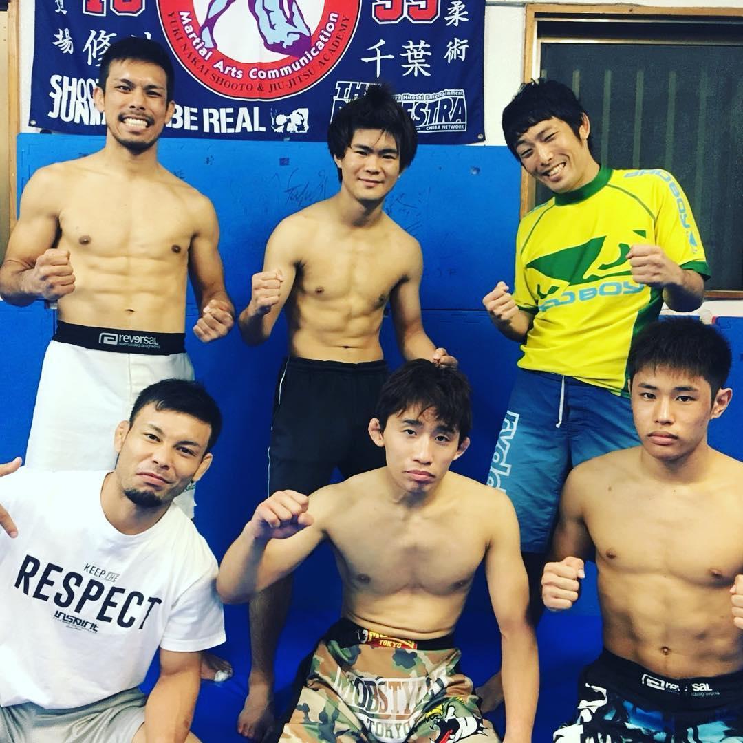 11・25プロフェッショナル修斗沖縄大会【THE SHOOTO OKINAWA vol.1】まで1ヶ月を切ってあと28日。 今日はTheパラエストラ沖縄からの出場選手、仲宗根武蔵、玉城優介、山城翔、MCたわし、旭那拳、平良達郎、6人で厳しいトレーニング。 キツイ練習もみんなでやれば頑張れる。みんなで全勝目指してチーム一丸となって頑張ろう!  沖縄から日本へ!沖縄から世界へ!! #THESHOOTOOKINAWA #shooto1125 #パラエストラ #沖縄 #那覇 #与儀 #MMA #shooto #コザ #総合格闘技 #修斗