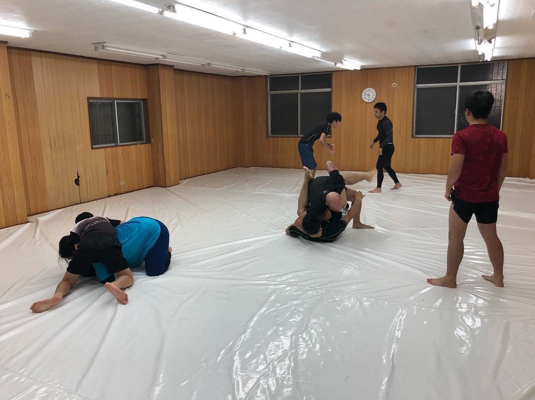 1/24(木)のパラエストラコザスタジオ修斗クラス。 本日はパスガードとサイドポジションからの技を徹底的に打ち込みました。 後半はスパーリング多めで! 今日も充実、明日もいい一日にしましょう。 #パラエストラ#沖縄#コザ#与儀#胡屋#shooto#修斗#キックボクシング#総合格闘技#柔術#ダイエット#フィットネス#kickboxing #jiujitsu #mma