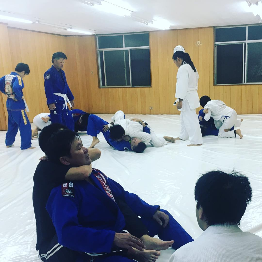 4/22(月)本日のコザスタジオ柔術クラスは体験・初心者の方から、今週土曜日27日に試合を控えている方まで12名といつもより大勢でのクラスとなりました! 本日も良い汗が流せたと思います。 明日も良い一日を👊! #パラエストラ #沖縄 #那覇 #与儀 #MMA #shooto #コザ #総合格闘技 #修斗 #キックボクシング #柔術 #jiujitsu #ダイエット