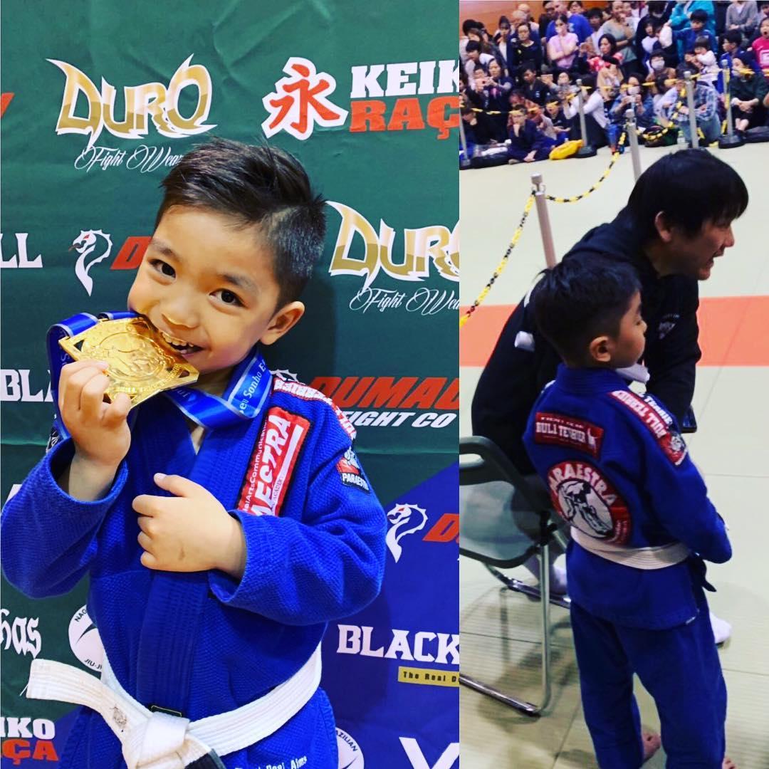 先日の日曜日はキッズクラスで練習している運天ラン(6歳)が千葉県浦安市で開催されたコパブルテリアに出場。 4人のトーナメントを2回(1度1本勝ち)勝ち上がり見事優勝しましたー、 ヤッタゼ!ラン! 大会前日の土曜日はパラエストラ松戸で空手クラス、その前日金曜日にはパラエストラ松戸で柔術クラスに参加し、格闘技尽くしの2泊3日の旅を過ごしたラン。 練習が大好き、将来はチャンピオンだ! 忙しい中セコンドに着いてくださったパラエストラ千葉ネットワーク代表鶴屋さん有難う御座いました! ランおめでとう!㊗️ #運天ラン #パラエストラ #沖縄 #那覇 #与儀 #MMA #shooto #コザ #総合格闘技 #修斗 #キックボクシング #柔術 #jiujitsu #ダイエット
