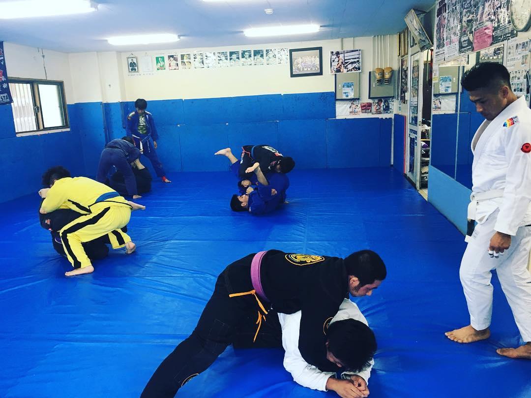 先週の土曜日柔術クラスは1週間前に行われたルーカスレプリセミナー&遠山さんスペシャルクラスで教わった事を生徒に伝えつつ反復しました。 自身の頭の整理にもなり非常に勉強になります。 新しい技術をモノにしてより強く、より楽しめるようトレーニングに励みましょう! 柔術で充実!  #パラエストラ #沖縄 #那覇 #与儀 #MMA #shooto #コザ #総合格闘技 #修斗 #キックボクシング #柔術 #jiujitsu #ダイエット
