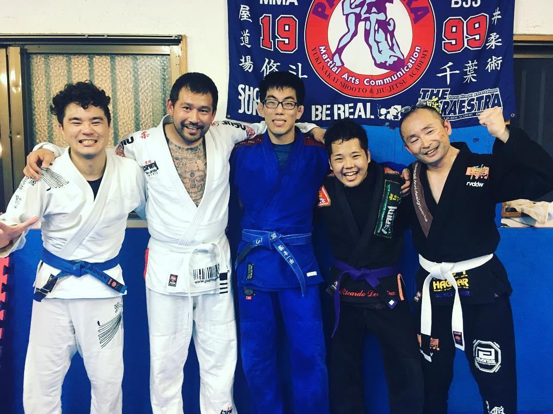 那覇・毎週火曜日は21:30〜23:00仲宗根穣さん指導のミッドナイト柔術が行われています! 昨日は山梨のフォーランパスから堀内さんが出稽古に来られました。 和気藹々と普段クラスではあまりやらない打ち込みを中心に皆楽しんでやってます。 皆良い笑顔をしていますね、柔術で充実!  #パラエストラ #沖縄 #那覇 #与儀 #MMA #shooto #コザ #総合格闘技 #修斗 #キックボクシング #柔術 #jiujitsu #ダイエット