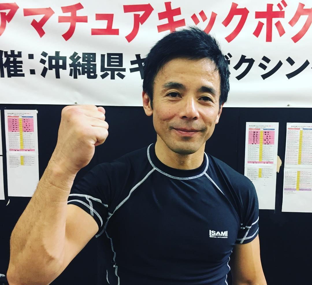 2017年夏、Theパラエストラ沖縄コザスタジオオープン当初、中学1年生の息子ヨウスケと親子で入会された比嘉博文(ヒガヒロフミ)さん。  週に2~3の練習をしながら柔術の試合にチャレンジをし、今では大会があればエントリー、 3月には琉球フリーファイト・グラップリングで2回勝って優勝! そして先月はキックボクシングにも挑戦! それぞれの試合にチャレンジして息子に負けじと、時には息子そっちのけで総合格闘技を楽しんでおります。 (試合は決して強制ではなく参加、不参加は自由です)  バイタリティ溢れる博文さん、46歳にして大人の部活、第2の青春を楽しんでもらってます。  マーシャルアーツコミュニケーション【格闘技は、言葉や人種、年齢の壁を越えることができるコミュニケーションの手段である】  今後ともジムでのトレーニングを楽しんでもらいつつ、息子にカッコイイ良い背中を見せるお父さん、ヒロフミさんを応援しています! 、、、 始めるなら今がチャンス! 柔術・キックボクシング・修斗・総合格闘技始めませんか?? 春の入会金100%OFFキャンペーン開催!!(開催期間4月15日(月)~5月31日(金)まで那覇・コザともに先着10名限定)を実施中! 詳細はコチラ↓ https://ameblo.jp/theparaoki/entry-12345477475.html  #パラエストラ #沖縄 #那覇 #与儀 #MMA #shooto #コザ #総合格闘技 #修斗 #キックボクシング #柔術 #jiujitsu #ダイエット
