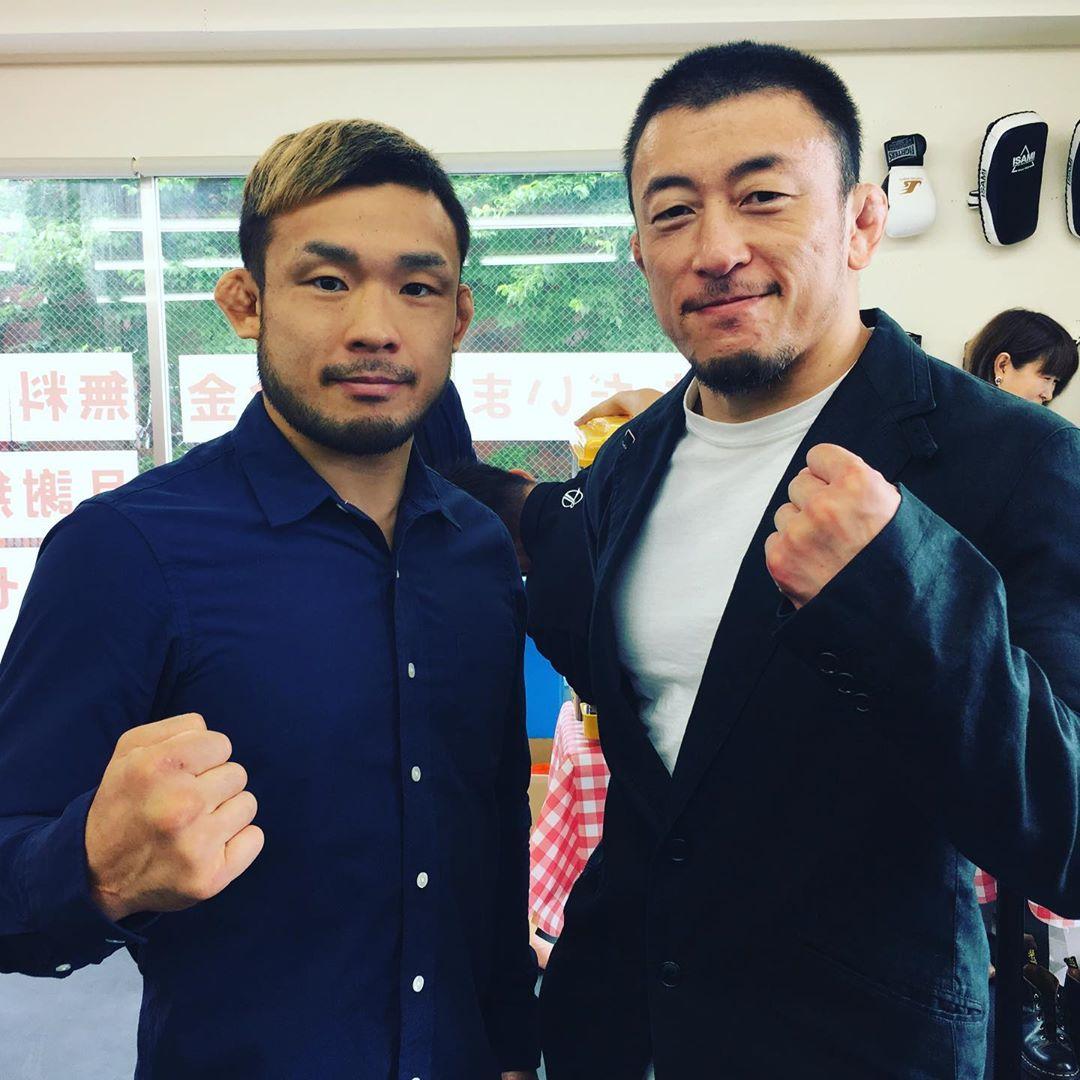 先日のALPINEGYMオープンパーティーにて、以前はパラエストラ松戸で週に一回昼練で練習させてもらっていた川尻達也さん(T-BLOOD)に久しぶりにお会いする事が出来ました。 1999年自分より先にデビュー、修斗のチャンピオンになり、PRIDE、DREAM、UFC、そして2019年現在RIZINファイターとして未だ第一線で活躍しています。 試合前1週間前にも関わらず、  鶴屋さんには御世話になってますから、とALPINEGYMのオープンパーティーに参加してくれた漢気溢れる川尻さん。 尊敬の念しかありません。 今週7/28(日)にさいたまスーパーアリーナにて行われる【RIZIN.17】に扇久保博正(パラエストラ松戸)と共に出場します! いつも応援しております!  大会名 RIZIN.17 日時 2019年7月28日(日)開場・12:30 開始・14:00 会場 さいたまスーパーアリーナ 中継 フジテレビ(関東ローカル 8/3(土)26:00~27:30(調整中)) スカパー!(生中継/3240円) Gyao!(生中継/2160円) チケット料金 VIP席100,000円/SRS席25,000円/S席15,000円/A席7,000円(完売)  #RIZIN #川尻達也 #扇久保博正