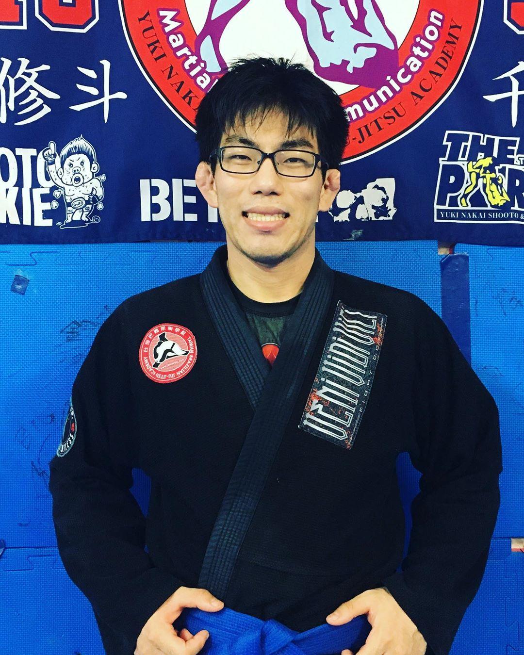 先日の日曜日7/14に沖縄県のお隣で行われた台湾国際柔術トーナメントに湯本くんが単身出場し、自身の階級を2回勝って優勝、無差別級は2回勝って3位と大健闘の結果をお土産に帰ってきてくれました! 勝利も殆どがバックからの襟締めで一本勝ち。 この春、多忙な職に就きつつも大好きな柔術の練習を熟し試合出場、そして結果を残す。 素晴らしい柔術LIFEです。 ヤッタゼ!湯本くん!おめでとう㊗️ #湯本一由 #台湾国際柔術 #パラエストラ #沖縄 #那覇 #与儀 #MMA #shooto #コザ #総合格闘技 #修斗 #キックボクシング #柔術 #jiujitsu #ダイエット