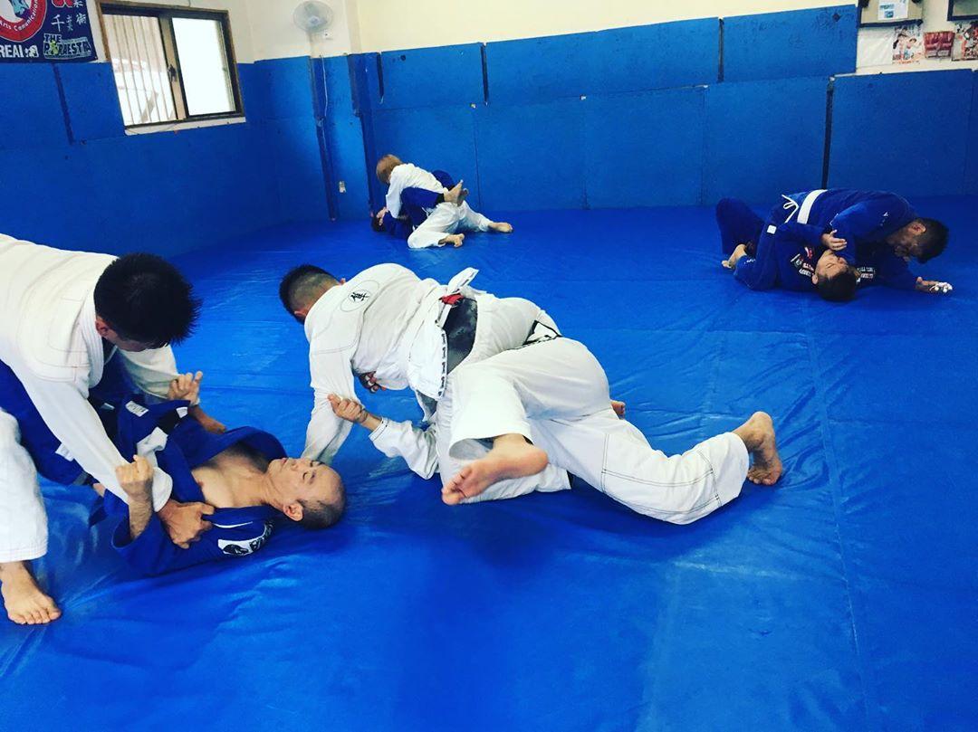 火曜日昼13:00〜柔術クラス本日は10名参加! 暑い夏の始まりに皆さん頑張っていました。 沢山汗をかいて水分を取って老廃物を排出して、ナチュラルな身体を作って健康的です。 Theパラエストラ沖縄那覇では火曜日、土曜日、昼柔術クラスが行われています。 柔術で充実!  #パラエストラ #沖縄 #那覇 #与儀 #MMA #shooto #コザ #総合格闘技 #修斗 #キックボクシング #柔術 #jiujitsu #ダイエット
