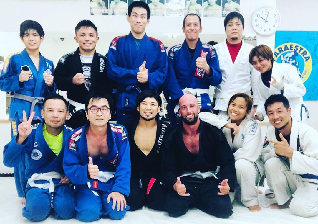月曜日Theパラエストラ沖縄コザスタジオ柔術クラス! 本日はラリーが仕事でグアムへ転勤の為、パラエストラ沖縄でのトレーニングは最終日でした。 出逢いあれば別れあり、しかし柔術を続けていればいつかどこかで再会できます。 もちろん必ずとは言えませんが、柔術を長くやっている方ならば経験している事です。 強くて逞しいラリー、サンキュー! また会おう!! #パラエストラ #沖縄 #那覇 #与儀 #MMA #shooto #コザ #総合格闘技 #修斗 #キックボクシング #柔術 #jiujitsu #ダイエット