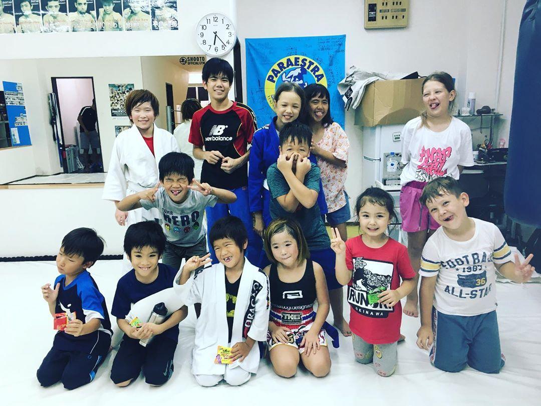 11/1(金)本日のコザスタジオキッズキックボクシング クラスにはパラエストラ千葉ネットワークから修斗とミサキが来てくれました! さすが常勝無敵のパラエストラ千葉ネットワークの生徒さん。 とても強かった!! 練習後は仲良くみんなで変顔ポーズ^_^ 2人ともまた来てヨー!  #パラエストラ #沖縄 #那覇 #与儀 #MMA #shooto #コザ #総合格闘技 #修斗 #キックボクシング #柔術 #jiujitsu #ダイエット
