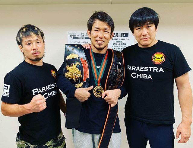 大学生だった岡田が初めてアマチュア修斗に出場したのがナチュラル体重65kg以下でエントリーのdoroフリーファイトでした。 ボコボコにやられてしまい、試合後気持ち悪くなり吐いて辛い思いをしたのが岡田の修斗への道、第一歩。 その後初出場の全日本アマチュア修斗で苦渋を舐めるも、翌年には見事優勝。 プロでもコンスタントに勝利を重ねるが、ここぞという時に悔しい敗北を経験。  それでも諦めなかった男が2020年5月31日修斗世界バンタム級世界チャンピオンに輝きました。  本人の人間としてのスキルを考えると他の道もあっただろうが、修斗という競技の頂点を目指して夢を叶えた。 そんな日を目撃できて幸せに思います。  パラエストラ千葉ネットワークとして、松根良太、扇久保博正、内藤のび太、黒澤亮平、に続き5 #ダイエット