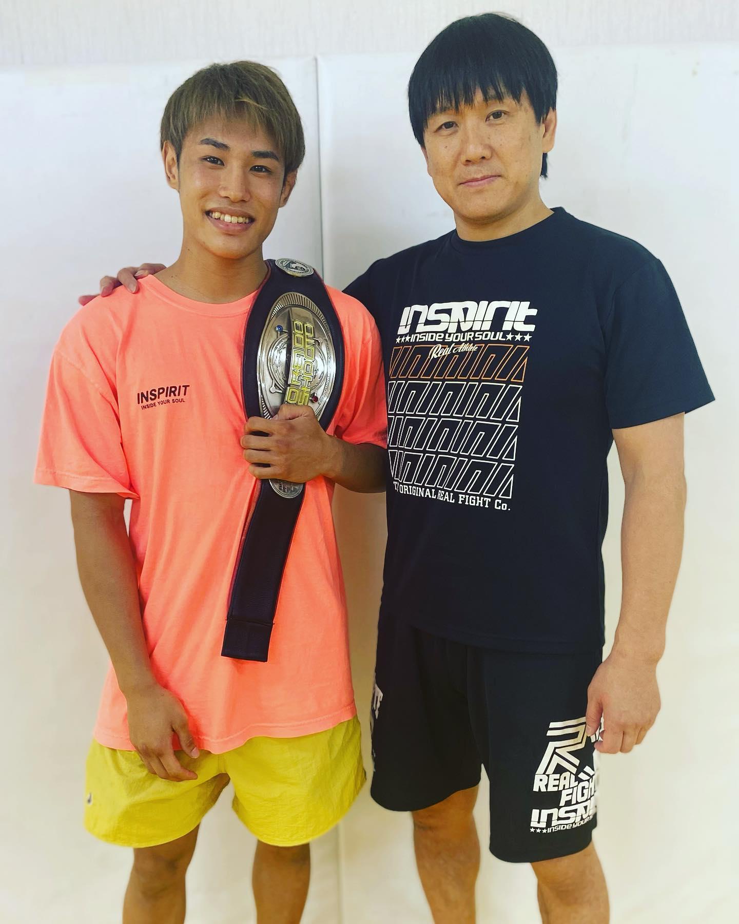 平良達郎修斗世界フライ級チャンピオン戴冠Greeting #9鶴屋浩さん(パラエストラ千葉ネットワーク)言わずと知れた我等が師匠、日本MMA界の名インストラクター鶴屋さん。鶴屋さんの側にはいつも修斗のチャンピオンベルトがあります。Tsuruya Hiroshi Entertainmentは永遠に不滅也。#パラエストラ千葉ネットワーク#Theパラエストラ沖縄#shooto0704#平良達郎#insprit#パラエストラ #沖縄 #那覇 #与儀 #MMA #shooto #コザ #総合格闘技 #修斗 #キックボクシング #柔術 #jiujitsu #ダイエット