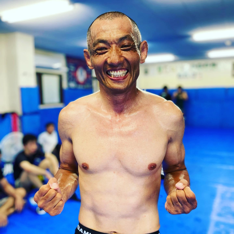 数名の方から若山さんについて質問を受けたのでお話しを。若柔術代表であった若山達也さんは2021年初めより修斗に専念する為、若柔術(2021年7月より改名・カルペディウム那覇)を後進に引き継ぎ、Theパラエストラ沖縄所属となりました。2001年パレストラ千葉設立後、初期会員であった若山さんとは以前同じ所属でしたが、柔術の魅力に感化され白帯のままブラジルへ移住。8年間を本場ブラジルで過ごし茶帯となり帰国、その後沖縄で若柔術を開設後に黒帯取得、ブラジリアン柔術は延べ200戦程との事です。2001年当初の想いもあった修斗に戦いの場を移し、実に約20年ぶりに同じ所属となりました。ある人は彼を諦めの悪い男だと言うある人は彼を死んでも死に切れない不死鳥の様な男だと言う全然いいじゃないか、若山達也、唯一人の唯一の人生。良くも悪くも自分の人生を自分のやりたい事に費やすその性格は、ある意味健全で正しいと思います。修斗で1勝を挙げる為。とりあえずの目標はそこであり、その後の進路は自分にも本人にも解りませんが、その時までしっかり共に歩んで行きたいと思います。50までは何がなんでもやらせますよ!若山さんfight!!!!#パラエストラ千葉#Theパラエストラ沖縄#若山達也#パラエストラ #沖縄 #那覇 #与儀 #MMA #shooto #コザ #総合格闘技 #修斗 #キックボクシング #柔術 #jiujitsu #ダイエット