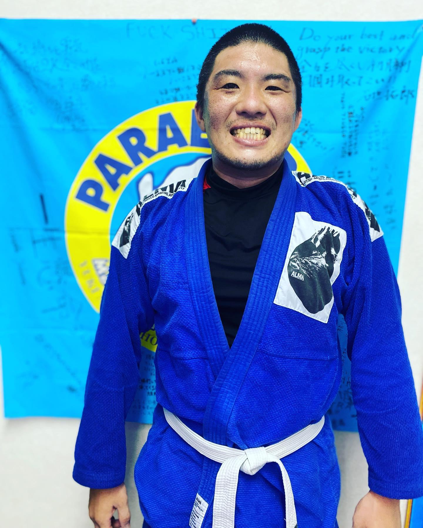 那覇会員でコザスタジオにも良く行き来して柔術やキッククラスを中心にトレーニングに励んでいた鈴木大くんが奥様の実家へ引っ越しの為、Theパラエストラ沖縄卒業となりました!遡るとかれこれ12.3年前、大くんが大学生時にパラエストラ柏で一緒にトレーニングをしていましたが、ひょんな縁で沖縄で再会、Theパラエストラ沖縄に入会してくれて実に10年以上ぶりに同じ時間を共にしました。今回奥様の実家である北海道に移住するとの事ですが、落ち着いたら必ず柔術を始めたいとの事なので、またお互い歳を経て成長した姿で会える日を楽しみにしています。『例え遠く離れても、柔術をしていれば必ずまたどこかで会える。』大くんの未来に幸あれ!!また会おう!#パラエストラ #沖縄 #那覇 #与儀 #MMA #shooto #コザ #総合格闘技 #修斗 #キックボクシング #柔術 #jiujitsu #ダイエット